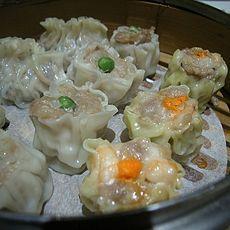 Siomai or dumplings are one type of dim sum. In Mandarin, this food is called shaomai, while in Cantonese is called siu maai. Water Recipes, Veggie Recipes, Asian Recipes, Vegetarian Recipes, Ethnic Recipes, Asian Foods, Chinese Recipes, Chinese Food, Dim Sum