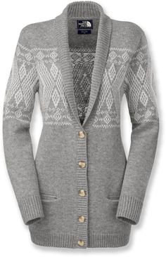 Slip on The North Face Jacquardigan women's cardigan sweater and cozy up with a cup of hot chocolate after a long, cold day outside. Its wool-blended fabric offers a soft feel and rejuvenating warmth.