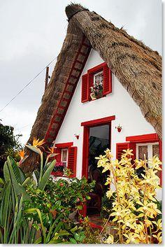 Traditionelles strohbedecktes Bauernhaus in Santana im Norden Madeiras. Madeira, Portugal
