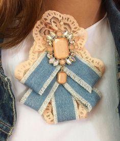 Laço Ribbon Jewelry, Ribbon Art, Ribbon Bows, Jewelry Crafts, Ribbons, Millinery Hats, Brooches Handmade, Girls Bows, Fabric Decor