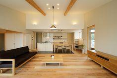 広いリビングにはお施主さんのお気に入りのオーダーソファとお気に入りのテレビボード。そしてダイニングには、これまたオーダーのダイニングセット。キッチンの両側の扉を開けると水廻りへと繋がる同線です。 #kotori #(株)kotori #SE構法 #5to6のお家 #ことら~ #耐震 #重量木骨の家 #資産価値 #至福 #付加価値 #設計 #設計士 #工務店 #豊川市 #豊橋市 #蒲郡市 #設計事務所 #愛知県 #注文住宅 #新築 #デザイン #ママ目線 #収納 #おしゃれ #片付け上手