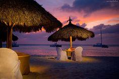 Un diner romantique sur un fond multicolore d'un coucher de soleil exotique