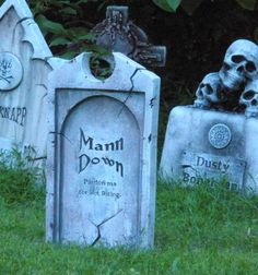 Halloween outdoor / haunted house decor: adding depth and dimension to foam tombstones (easy) - Page 2 Halloween Coffin, Halloween Graveyard, Halloween Tombstones, Halloween Boo, Halloween Projects, Holidays Halloween, Halloween Forum, Halloween Rocks, Halloween 2019