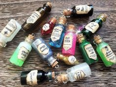 Four Harry Potter inspired potion bottle charms with labels - Acromantula venom - Dragon blood - Amortentia (love potion) - Unicorn blood These are perfect for all those Potterheads out there. Harry Potter Diy, Natal Do Harry Potter, Magie Harry Potter, Harry Potter Fiesta, Harry Potter Thema, Theme Harry Potter, Harry Potter Christmas, Harry Potter Birthday, Harry Potter Presents