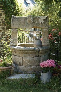 jardin de la chambre Molène de  la maison d'hôtes de charme la Ferme de Kerscuntec en Finistrère, bretagne Sud, entre Quimper et Bénodet, entre mer et campagne.
