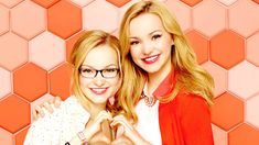 Liv y Maddie Rooney no son las típicas gemelas.  Mientras Liv invertía sus últimos cuatro años para llegar a ser toda una sensación televisiva internacional, ¡Maddie practicaba su triple para lanzar mejor que los chicos!  Dos gemelas idénticas con dos personalidades muy dispares.