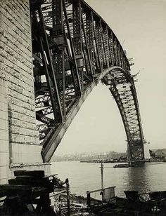 The construction of the Sydney Harbour Bridge,from Milsons Point on 6 August 1930. •State Archives of NSW•