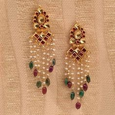 Gold Jhumka Earrings, Indian Jewelry Earrings, Indian Wedding Jewelry, Gold Earrings Designs, India Jewelry, Pearl Jewelry, Gold Jewelry, Jewelery, Antique Jewellery Designs
