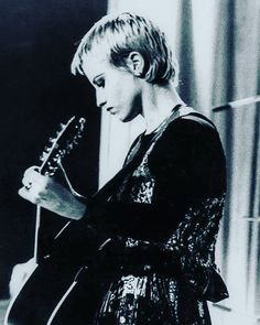 Dolores O'riordan, Gone Too Soon, Aesthetic Fashion, Good People, Rock Bands, Rock N Roll, Singing, Cranberries, Hairstyle