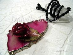 ❀ Collana realizzata con una rosellina ed una fogliolina, selezionate e vetrificate, disposte su agata rosa.   Isabellejewels.com #necklace #agate #slice #leaf #leaves #sterling #silver #925 #flowers #fiori #spring #gioielli #jewelry #jewellery #nature #natura #arts #arte #artistic #art #designer #leaf #leaves #artist #fashion #look #artwork #design #creative #artigianato #handmade #nice #pretty #italia #italy