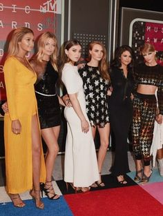 """Taylor Swift Brought Her Whole """"Bad Blood"""" Girl Gang to the MTV VMAs"""