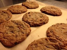 Super lækre cookies. Opskriften minder meget om en anden cookie opskrift vi har lagt op men ikke helt, så i skulle da ikke snydes for denne. Dette er til en forholdsvis stor portion (ca. 40 stk.), men kan jo altid halveres. Ingredienser: 450 g. Smør blødt 660 g. Brun farin 4 stk. Æg 2 tsk. Vaniljesukker 640 g. mel 2 tsk. Natron 1 tsk. Salt…