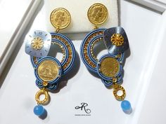 Orecchini soutache con monete, quadranti di orologi, componenti in metallo e pietre dure...
