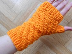 Ravelry: Beginner diagonals mitts pattern by Lea Bronnenkant free pattern