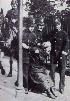 Suffragette arrest May 1914  Một phụ nữ bị bắt khi đang trong cuộc biểu tình , qua trang phuc jcos thể thấy bà là một ng phụ nữ thuộc tầng lớp thường dân