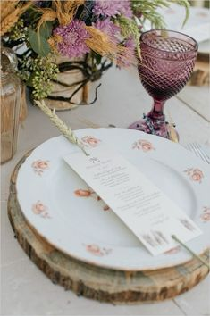 Sliced wood as placemat - such a great idea for a woodland wedding #reception #woodland #rustic #placesetting #tablescape