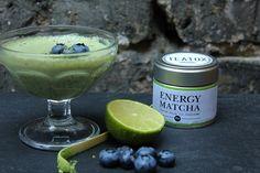 Chia Samen zählen zu einer der neusten Geheimzutaten der veganen Küche. Reich an Nährstoffen lässt sich im Handumdrehen Pudding mit Matcha daraus zaubern!