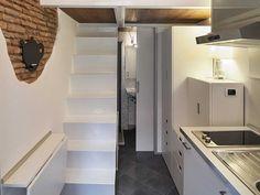Khi chiếc bàn ăn được gấp lại, một chiếc cầu thang hẹp dẫn lên phòng ngủ và không gian sinh hoạt phía trên.