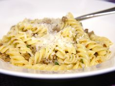 """Deze pasta arrabiata heb ik gegeten in het restaurant van Jamie Oliver in Oxford. Dit was bijna de lekkerste pasta die ik ooit geproefd heb en daarom wil ik dit recept vandaag maken, zodat u ook kunt genieten van deze pasta. De arrabiata staat voor een pittige """" arabische"""" draai aan de pasta. Een """"must"""" voor dit arrabiata recept is het venkelzaad en kan echt niet weggelaten worden."""