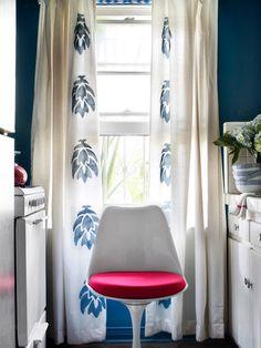 Decoração de: cortina branca com estampa azul; Casa de Valentina