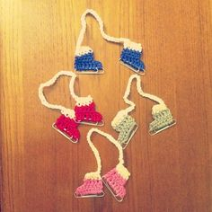 DIY crochet paperclip ice skate ornament - free pattern! - easy last minute gift idea or present topper.