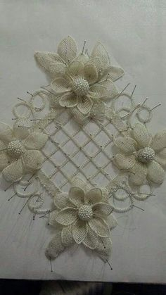 This post was discovered by Ne Burlap Art, Burlap Fabric, Burlap Flowers, Crochet Flowers, Fabric Flowers, Hand Embroidery Stitches, Diy Embroidery, Crochet Art, Irish Crochet