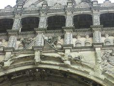 La galerie du la chapelle du chateau de Thouars. - Dans la partis supérieure de la façade, une galerie renaissance ou loggia montre comment se fit la transition des styles. Cette galerie est unique en France et l n'en existe qu'une presque semblable en Italie. Elle est ornée de sculptures, d'ornements entremêlés aux chiffres de Louis et Gabrielle entrelacés, à celui de leur petit films, François de la Trémoille.