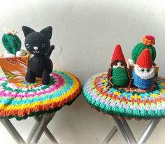 ogatodalice:: Cantinho lindo do nosso ateliê com os mimos feitos pela @ahmimohilda <3 ela arrasa em tudo! #crochet #amigurumi #gnomo #gatopreto #cactos #cactus #suculenta #suculents #atelier #cores #comprodequemfaz