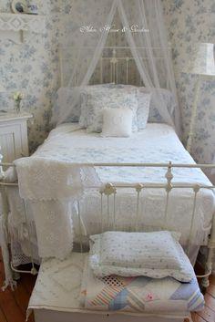 A Cottage Bedroom Cozy Bedroom, Dream Bedroom, Bedroom Decor, White Bedroom, Country Look, Bungalow Bedroom, Red And White Kitchen, Aesthetic Bedroom, Bedroom Vintage
