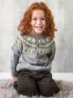 Praktisk jakke til barnehagebarn med fine mønsterborder over rundfelt bærestykke. Nivå: Middels. Garnkvalitet: Sterk (40 % alpakka, 40 % merinoull, 20 % nylon). Fasthet: 22 masker på pinne 4 = 10 cm.For forslag til andre farger, se Genser med rundfelling.