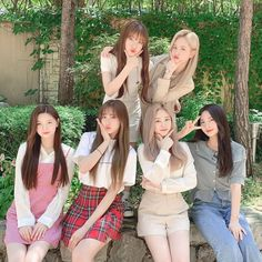 Image may contain: one or more people, tree, outdoor and nature Kpop Girl Groups, Korean Girl Groups, Kpop Girls, K Pop, Rapper, Fandom, Yuehua Entertainment, Pop Bands, Girl Bands