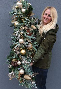 Pin by Carolyn Hollick on Christmas barn Christmas Tree Inspo, Rustic Christmas, Christmas Inspiration, Christmas Wreaths, Christmas Crafts, Christmas Ornaments, Christmas Stairs Decorations, Christmas Staircase, Hanging Christmas Lights