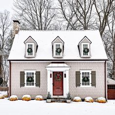 Shingles and shutters for days! We love this snow-covered New England beauty ⠀ (:: @thefrontdoorproject)