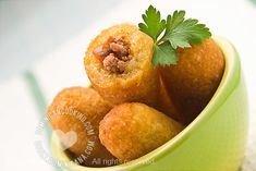 Chulitos Recipe (Cassava Mini-Rolls): Humble, and often looked down upon, these are one of the best buffet dishes in the Dominican cuisine. Yuca Recipes, Cooking Recipes, Amish Recipes, Recipies, Dominican Food, Dominican Recipes, Mini Rolls, Comida Latina, Tasty