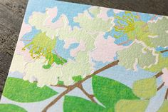 便箋|紙シリーズ|便箋 箔 さるすべり柄(85847006)|ミドリオンラインストア  白く輝くさるすべりの花を銀箔で表現した便箋  紙漉きに用いる簀(す)のこまかい模様が美しい越前和紙「越前簀(す)の目」に、花をつや消し銀箔押しで表現した「さるすべり柄」。角度によってさりげなく輝く箔が花の印象を引き立てます。暑中見舞い・残暑見舞い、お中元の添え状・お礼状などにぜひご活用ください。