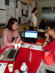 Maud en train de conseiller et de promouvoir Internet comme outil de recherche d'emploi !