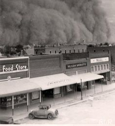 Dust storm - Dust bowl during the Great Depression Era Old Pictures, Old Photos, Iconic Photos, Vintage Pictures, Oklahoma Dust Bowl, Tornados, Dust Storm, East Of Eden, Great Depression