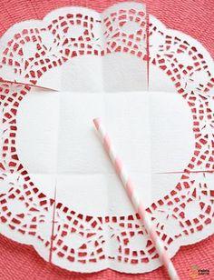 Hoje vamos aprender a fazer estas lindas cestinhas usando doilies de papel ou toalhinhas rendadas. São simples de fazer e tenho certeza que fará o maior sucesso na sua festinha. Ima...