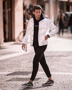 Monochrome fall combo with a white denim jacket black printed hoody black joggers no show socks watch black vans sneakers. White Jacket Outfit, Stylish Men, Men Casual, Street Fashion, Mens Fashion, Guy Fashion, Denim Jacket Men, Men Street, Mens Clothing Styles