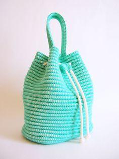 Un bolso con jareta siempre es muy práctico. Es una forma tan sencilla que puede hacerse fácilmente a ganchillo, específicamente con la técnica tapestry