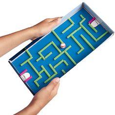 Mit ein paar Strohhalmen und einer Murmel lässt sich der Deckel Eures Schuhkartons ganz schnell in ein Spiel verwandeln