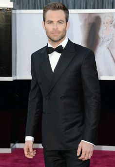 Chris Pine looks fantastic in a fitted tux at 2013 Oscars.