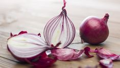 Onion for hair - it has antiseptic and antibacterial properties. It also helps fight hair lice, dandruff and can be used as natural hair nourisher and conditioner. Onion Benefits Health, Hair Lice, Hair Fall Remedy, Onion For Hair, Onion Juice, Eating Raw, Healthy Eating, Ceviche, Grow Hair