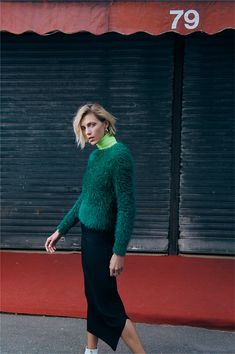 Polish supermodel Anja Rubik is enlisted by high-street fashion label Zara to model its latest collection of sweaters and knitwear. High Street Fashion, Street Style, Green Fashion, All Fashion, Modest Fashion, Anja Rubik, Mode Lookbook, Fashion Lookbook, Zara Models