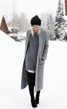 oversize Wintermantel und Pullover in Grau