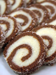 Double Chocolate Roulade Recipe from The Bakers Dozen Chocolate Triffle Recipe, Chocolate Roulade, Chocolate Frosting Recipes, Chocolate Roll, Lindt Chocolate, Chocolate Crinkles, Chocolate Drizzle, Homemade Chocolate, Homemade Desserts