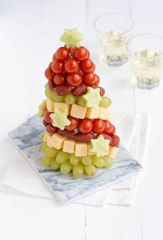 Speciaal voor kerst maakte ik een borrelboom met kaas, worst, tomaatjes en sterretjes van komkommer.