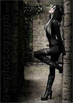 Top Gothic Fashion Tips To Keep You In Style. As trends change, and you age, be willing to alter your style so that you can always look your best. Consistently using good gothic fashion sense can help Gothic Mode, Dark Gothic, Gothic Art, Gothic Metal, Alternative Mode, Alternative Fashion, Goth Beauty, Dark Beauty, Dark Fashion