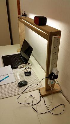 Muy buena idea para iluminación del escritorio y un fácil acceso a la fuente de energía.