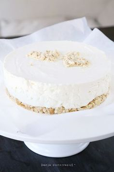 Niin, tiedän väittäneeni edellistä juustokakkua parhaaksi ikinä – vaan nyt löytyi kuulkaas vieläkin parempi. Ainakin tuota edellistä parasta juustokakkua huomattavasti raikkaampi ja kevyemmän oloinen. Ehkä on väärin kumpaakin kakkua kohtaan … Eat Dessert First, Party Drinks, Sweet And Salty, Cheesecakes, Yummy Cakes, Vanilla Cake, Food Inspiration, Baking Recipes, Cake Decorating